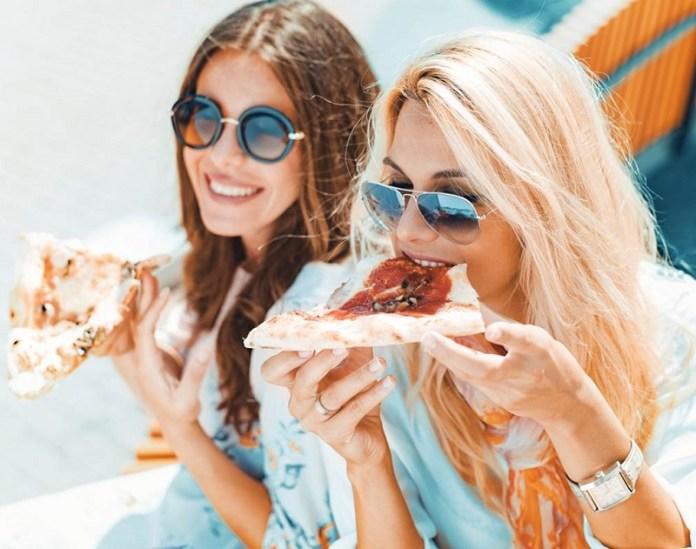 cliomakeup-dieta-vacanza-4-amiche-mangiano