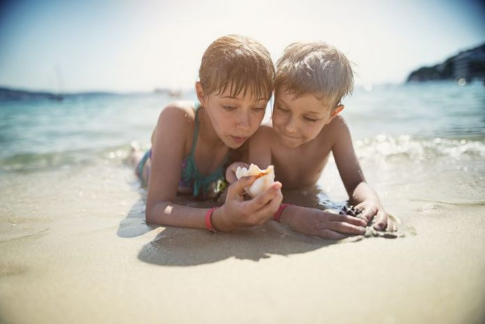 giochi da spiaggia: bambini con conchiglia