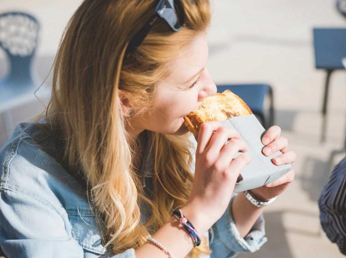 cliomakeup-eliminare-il-glutine-1-eating-bread