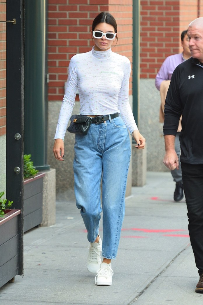 ClioMakeUp-capi-must-have-autunno-2019-12-kendall-jenner-celebrity-style-mom-jeans.jpg