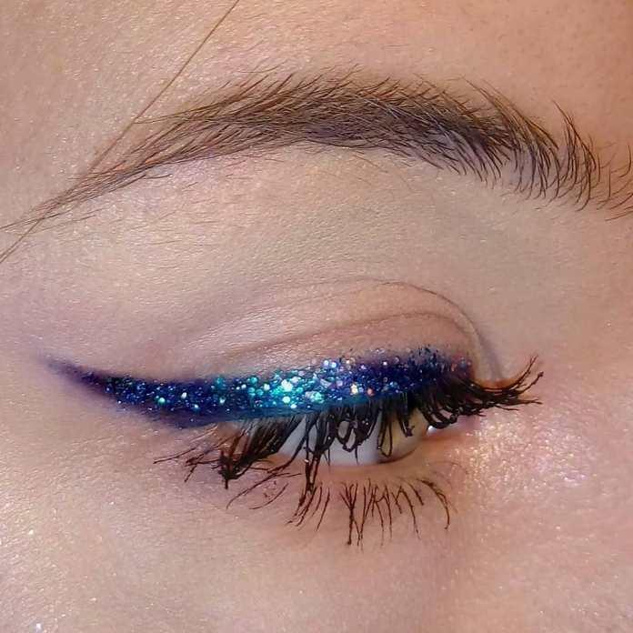 Cliomakeup-trucco-occhi-azzurri-capodanno-16-eyeliner-blu-glitter