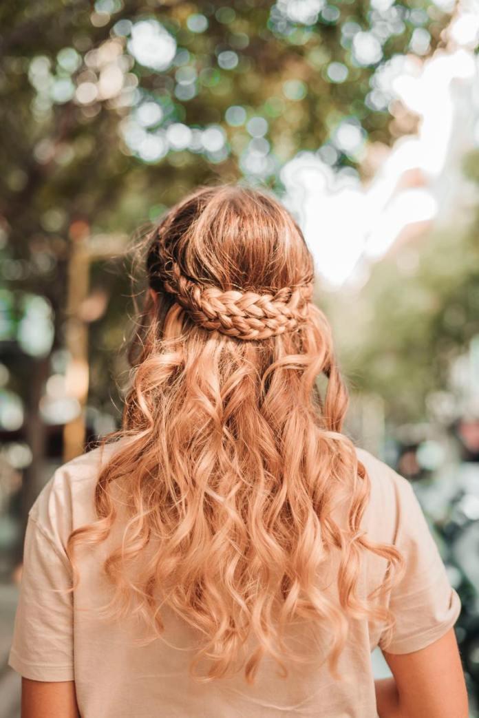 cliomakeup-far-durare-tinta-in-estate-capelli-ricci