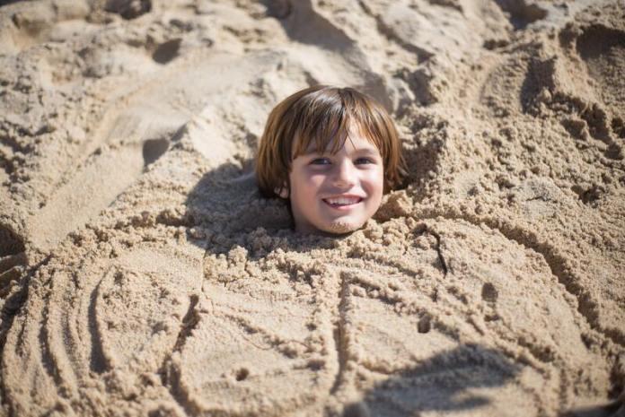 cliomakeup-cosa-fare-al-mare-con-bambini-sotterrare-con-sabbia