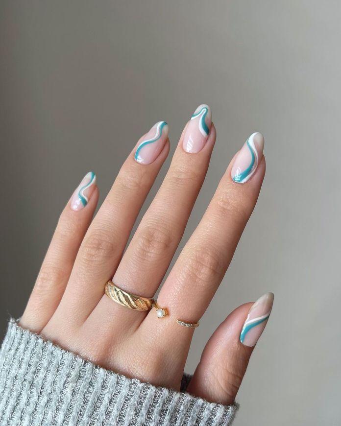 Cliomakeup-unghie-estive-semplici-2021-Swirl-Nails-bianco-azzurro