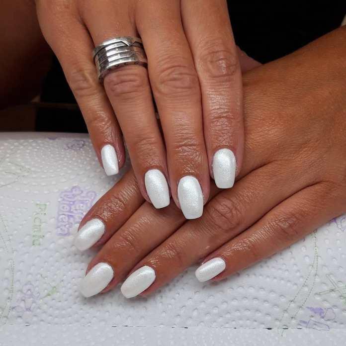 Cliomakeup-unghie-estive-semplici-2021-unghie-bianche-glitter