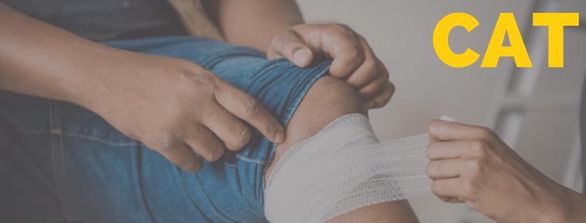 Homem com joelho machucado