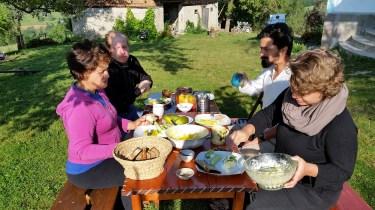 Împreună la masa din curte, bem o cafeluță sau un ceai, luăm micul dejun țărănesc, și povestim ce program de lucru avem în ziua respectivă
