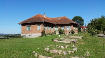 In mod tradițional, casele din satul Vidra nu sunt tencuite