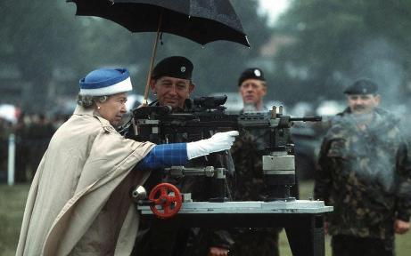 queen-with-gun