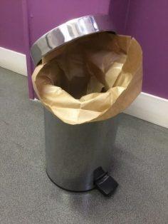 Un sac en papier pour protéger votre poubelle de salle de bain !