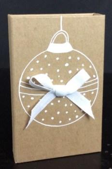 Coffret cadeau kraft avec motif de boule de Noël
