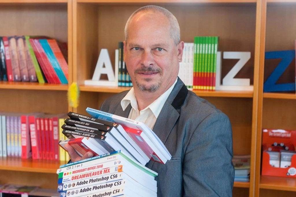 Erwin Olij met een klein aantal van zijn 100 boeken.