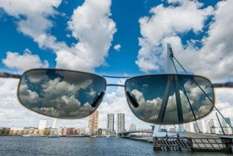 Een polarisatiefilter met polariserend effect. Meestal staan deze brillen zo gedraaid, dat de reflectie optimaal is weg gefilterd.