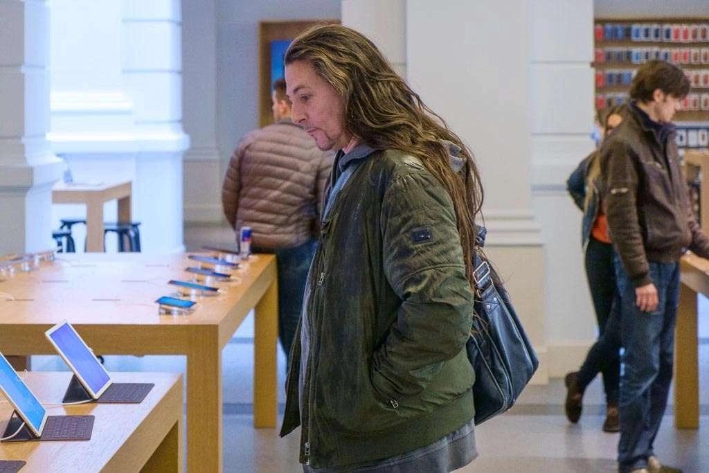 Bob Timroff in de Haagse Apple Store.