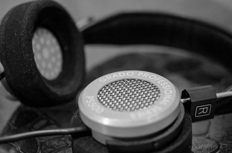 Een hoofdtelefoon met een draadje is zo gek nog niet! (Bron afbeelding: https://www.flickr.com/photos/jonathan-grado/6718632141)