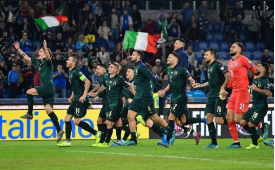 italy national team celebrate qualifying for euro 2020