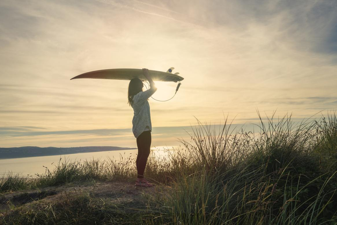 solo travel surfer