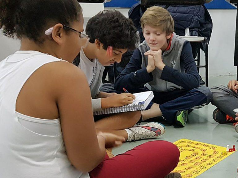 Todo mundo ajuda na hora de fazer a conta / Foto: Colégio CPV