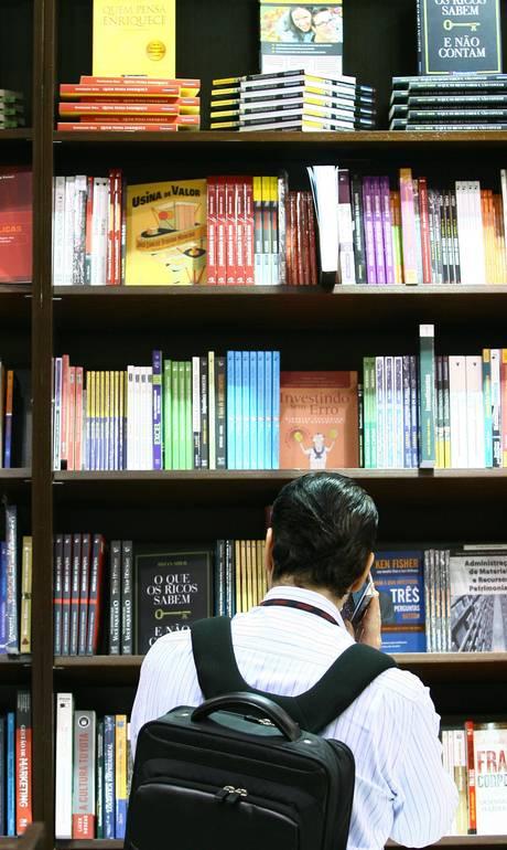 Contato físico foi um dos aspectos mais destacados por quem prefere o papel (Foto: André Coelho / Agência O Globo)
