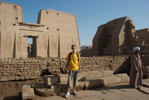 Votre serviteur devant le temple d'Horus @ Edfu, Egypte (2009)