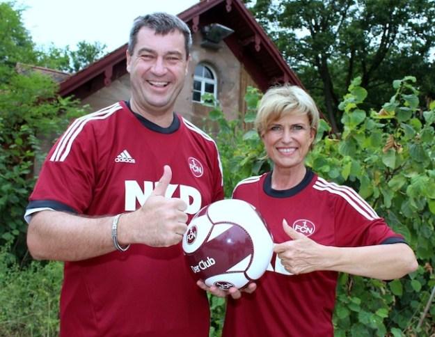 Staatsminister Dr. Markus Söder und Bundestagsabgeordnete Dagmar Wöhrl wünschen dem 1. FC Nürnberg viel Erfolg für die kommende Bundesligasaison.
