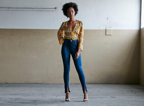 Calça jeans com cintura alta e salto alto