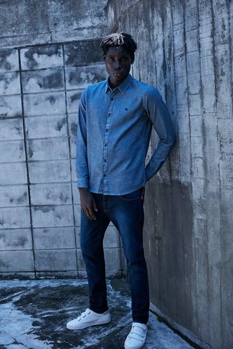 Combinação total jeans, camisa manga longa e calça masculina