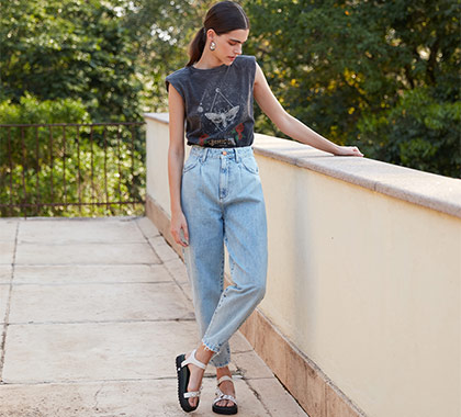 Modelo vestindo a Calça Jeans Slouchy Cropped Cintura Alta.