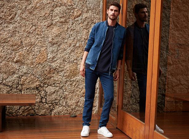 Calça jogger masculina com jaqueta jeans