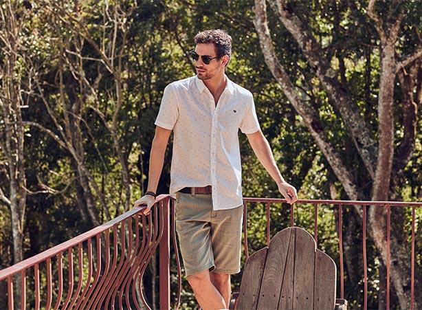 Look casual masculino com camisa manga curta e bermuda