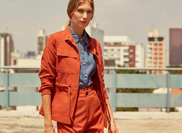 Conjunto laranja com camisa jeans