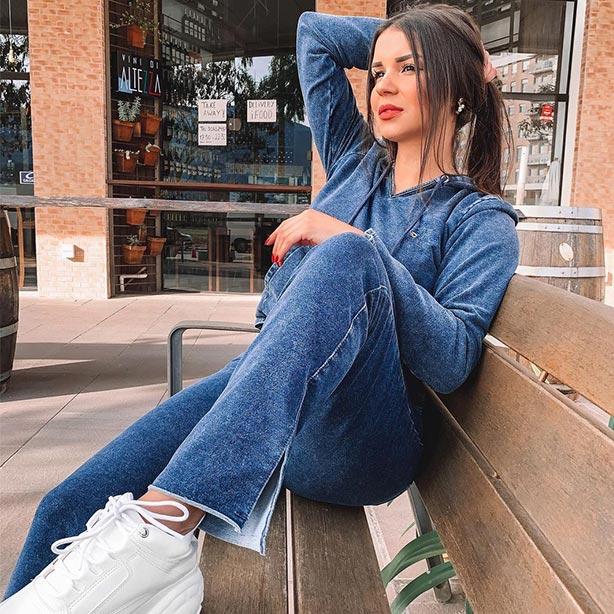 Calça jeans jogger com blusa manga