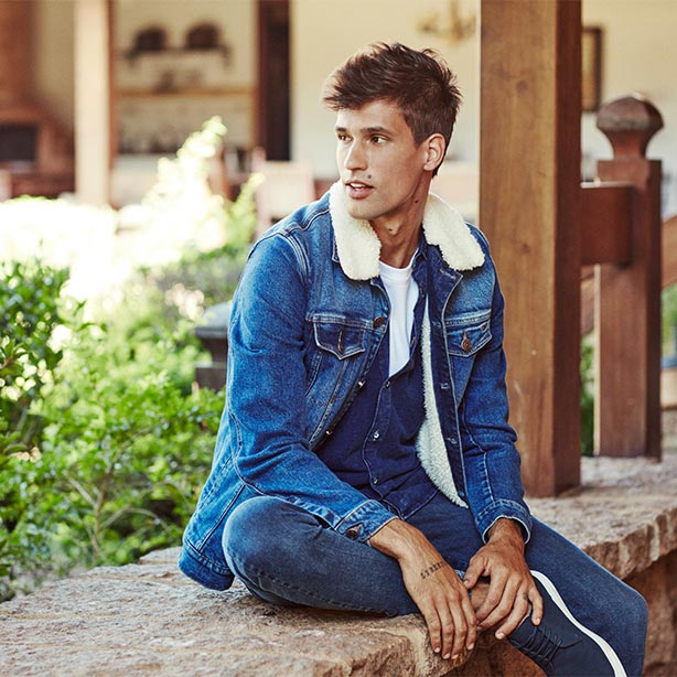 Jaqueta, camisa e calça jeans masculina