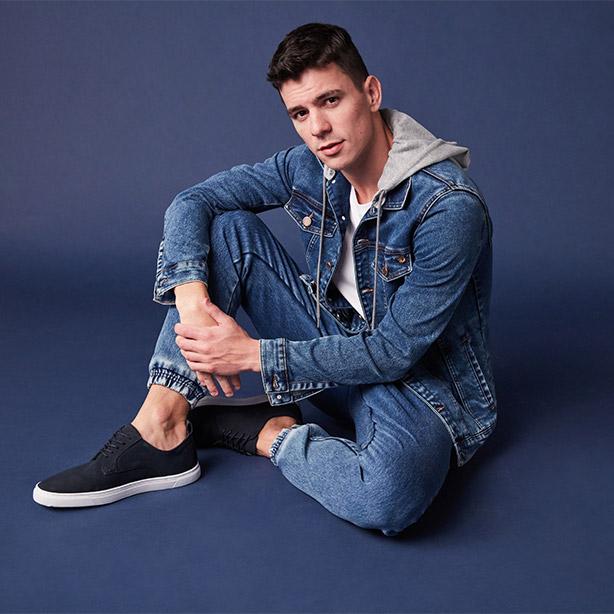 Jaqueta jeans com capuz e calça jogger