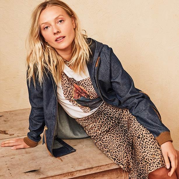 Look animal print com jaqueta parka jeans