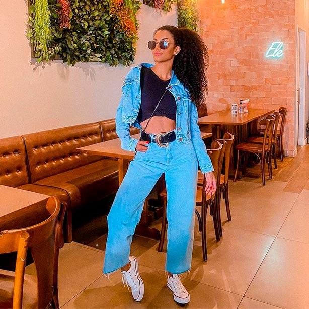 Look de wide leg com jaqueta jeans