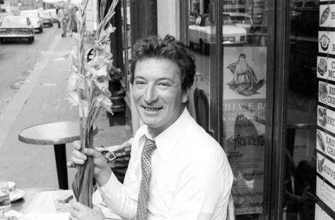Un écrivain Sébastien Japrisot avec fleurs.