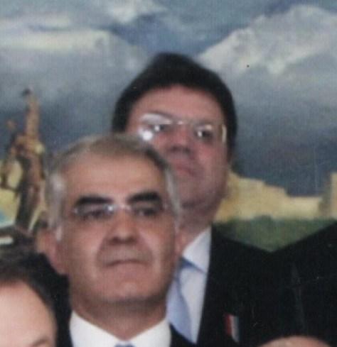 Андрей Коржов түрік кәсіпкері Айтекин Гултекиннің артында тұр, 2008 жылы.