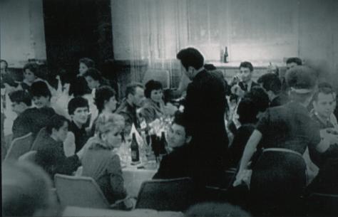 Банкет для делегатов съезда ВЛКСМ, 17 мая 1966 года. На переднем плане сидят Ангелина и Агыбай Бектасовы. Нурсултан Назарбаев стоит, разливает шампанское.