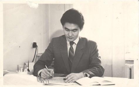 Болат Сауранбаев в кабинете Алатауской районной администрации.