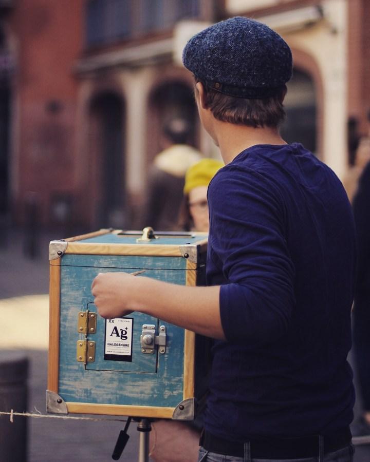photographe entrain de prendre une photo avec l'afghan box