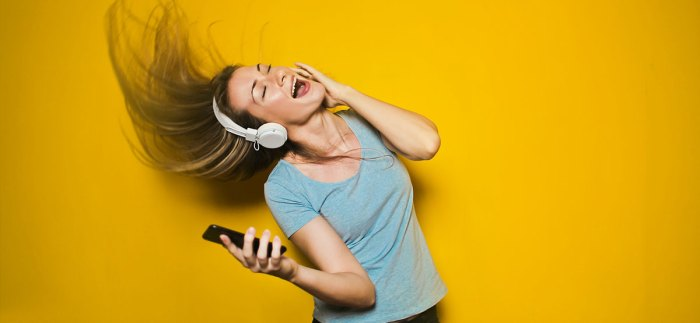 Woman-dancing-listenting-to-music