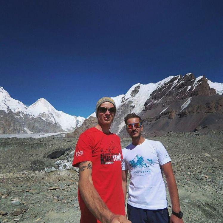 zirve dönüşü ana kamp macar tırmanıcı dostum Tee