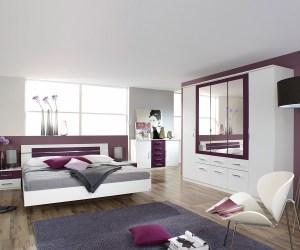 In einem warmen Brombeerton kombiniert mit strahlendem Weiss präsentiert sich unser Schlafzimmer Arwen. Mit diesem Ensemble verleihen Sie Ihrem Zuhause eine Wohlfühlatmosphäre der besonderen Art.