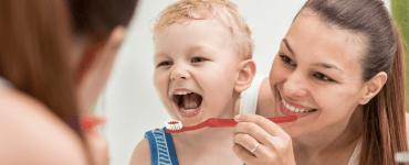 maneiras de convencer seu filho a escovar os dentes