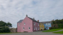 Bunte Häuser gegen grauen Himmel