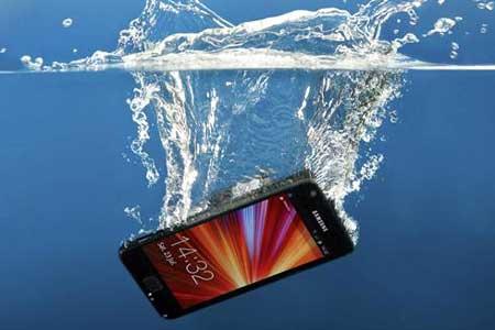 Cara Menyelamatkan Smartphone yang Terendam Air