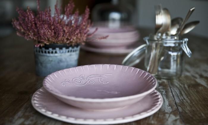 I piatti presentano le tonalità pastello tipiche dello stile shabby e decorano con stile la tavola, dando un tocco di delicata personalità.; La Tavola E I Piatti Shabby Chic Idee E Suggerimenti