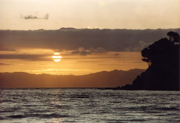 Sunset on Great Mercury Island.  Photo: Nev10 (cc)