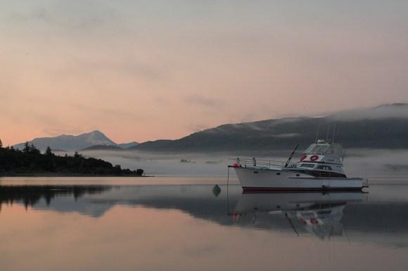 Lake Te Anau at dawn. Photo: Beppie K. Creative Commons.